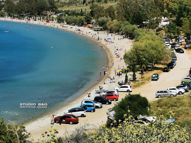 Κοσμοσυρροή σε παραλία του Ναυπλίου